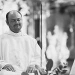Další smrt v Kohoutovicích: Faráře našli pod balkonem – okolnosti jsou nejasné