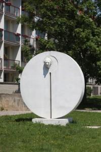 slunce_a_clovek_zdenek_makovsky_1986_beton_libusina_trida_sidliste_kohoutovice_brno