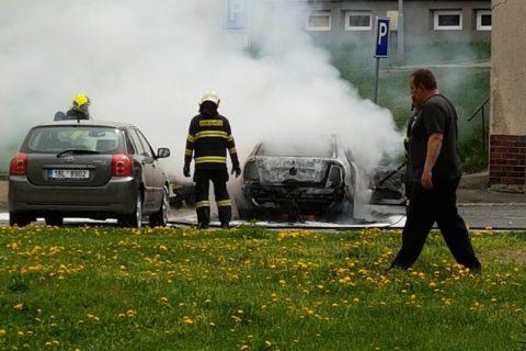 Požár zachvátil osobní automobil na Axmanové