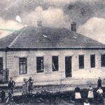 Škola, postavená r. 1886,vzkvétala pod vedením učitele Františka Bašného.